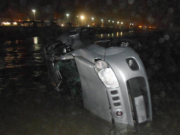 Carro com placas de Minas Gerais capotou no mar em Capão da Canoa 620x465 placa apagada (Foto: Robson Alves/Brigada Militar)