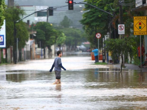 O Ribeirão da Mata chegou a ficar cerca de seis metros acima de nível normal, nesta sexta-feira (16), após uma forte chuva que atingiu Vespasiano, na Grande BH (Foto: ALEX DE JESUS/O TEMPO/AE)