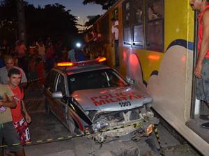 Durante perseguição, carro da polícia foi atingido por trem (Foto: Walter Paparazzo/G1)