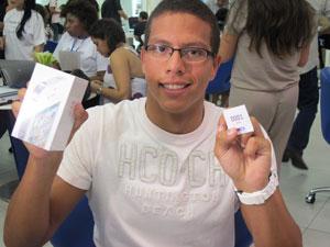 """""""Deu frio na barriga"""", diz Igor ao segurar o aparelho na mão (Foto: Rafael Oliveira/G1)"""