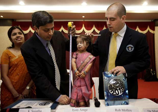 Jyoti Amge, de 18 anos e 62,8 centímetros, é medida nesta sexta-feira (16) na cidade indiana de Nagpur. Ela foi considerada a menor mulher do mundo pelo Livro Guinness de Recordes. Ela obteve o título, anteriormente pertencente à americana Bridgette Jorda (Foto: AP)