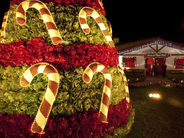 Deocração de Natal em Belém tem material reciclado. Iluminação foi inaugurada nesta sexta-feira (15) (Foto: Reuters)