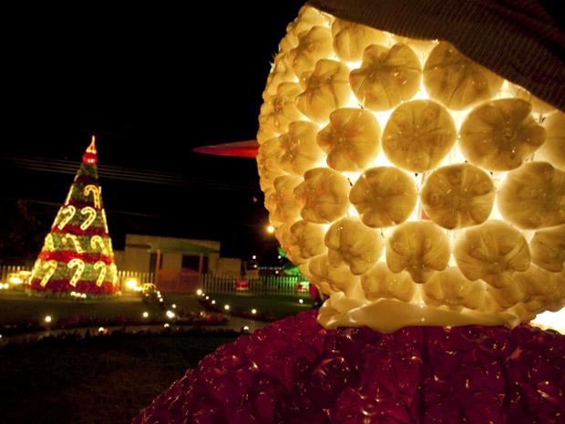 Decoração de Natal tem material reciclado e iluminação noturna nas ruas de Belém (Foto: Reuters)