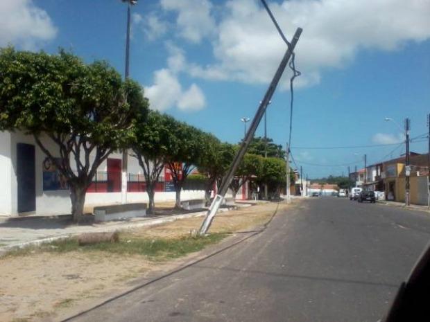 Leitor flagra poste que ameaça cair em rua do Bairro Tabapuá, em Caucaia, na Região Metropolitana de Fortaleza (Foto: Daniel Araújo/ Arquivo Pessoal)