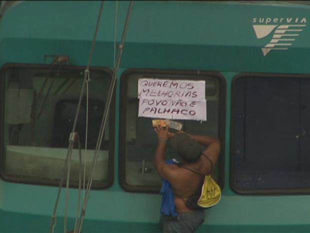Protesto em linha férrea (Foto: Reprodução/TV Globo)