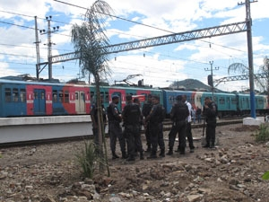 PMs seguem no patrulhamento da estação de trem de Oswaldo Cruz (Foto: Lilian Quaino/G1)