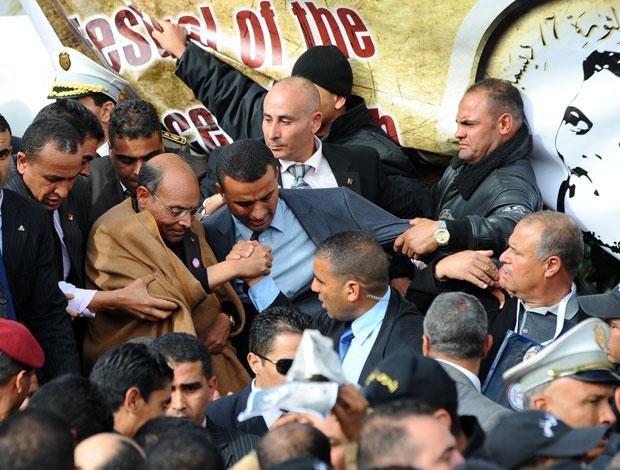 O presidente Moncef Marzuki foi neste sábado (17) à cidade onde um vendedor se imolou um ano atrás (Foto: AFP)