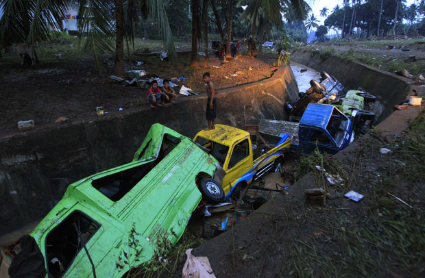 Carros foram varridos na vila de Balulang, em Cagayan de Oro (Foto: Reuters)
