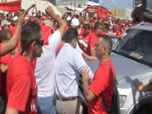 Carro de governador é cercado por manifestantes (Foto: TV Verdes Mares/Reprodução)