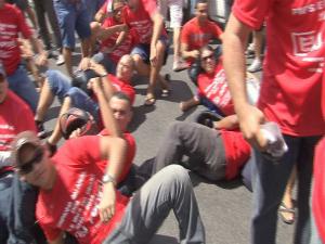 Militares deitam no chão para impedir saída de gvernador (Foto: TV Verdes Mares/Reprodução)