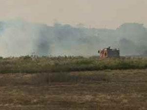 Corpo de Bombeiros controla incêndio no Aeroporto de Caruaru (Foto: Luna Markman/G1)