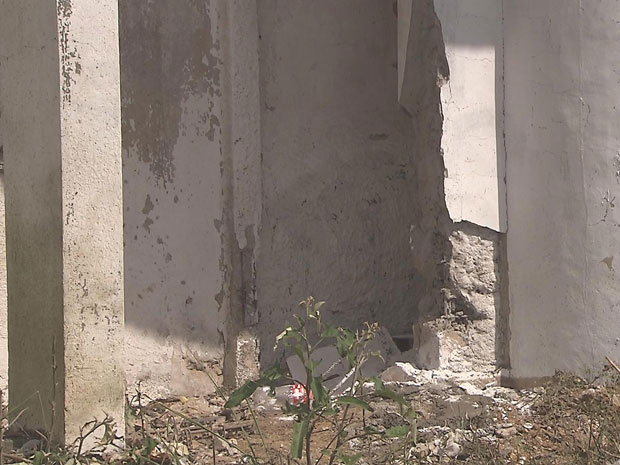 Presos explodem muro do presídio Aníbal Bruno (Foto: Reprodução/TV Globo)