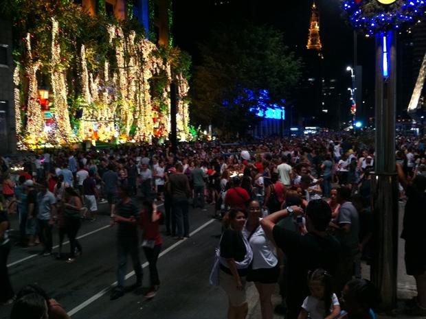 Paulistanos tiram fotos da iluminação de Natal na Paulista  (Foto: Fabiano Correia/ G1 )