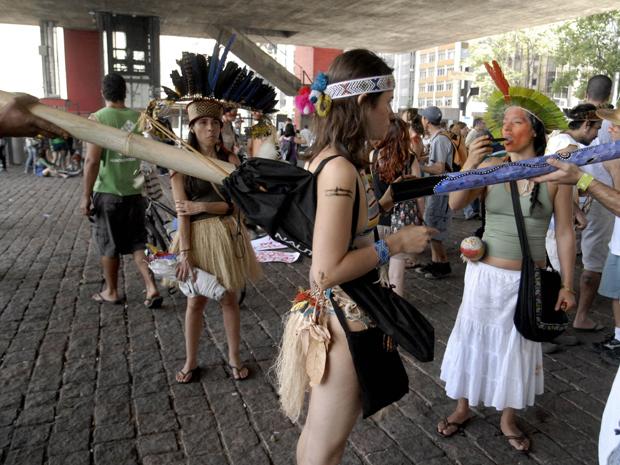 Estudantes, indígenas e simpatizantes movimento Xingu Vivo para Sempre durante concentração para protesto contra a construção da Usina de Belo Monte, no vão do Museu de Arte de São Paulo (Masp) (Foto: Anderson Barbosa/ AE)