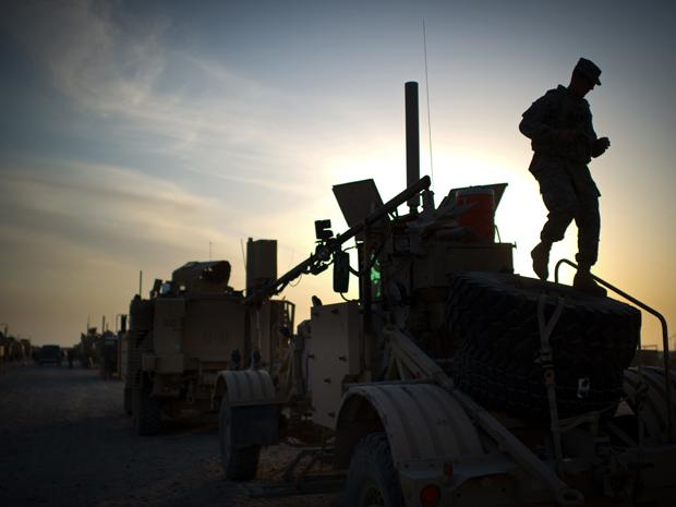 Soldado inspeciona tanque antes de comboio se retirar do território iraquiano. (Foto: Martin Bureau / AFP Photo)