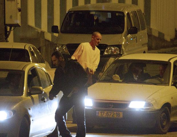 Salah Hamouri é visto já em liberdade na cidade de Jerusalém neste domingo (18) (Foto: AFP)