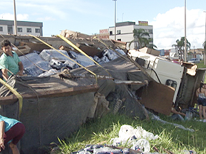 Carreta carregada de refrigerante tomba em Samambaia, no DF (Foto: TV Globo/Reprodução)