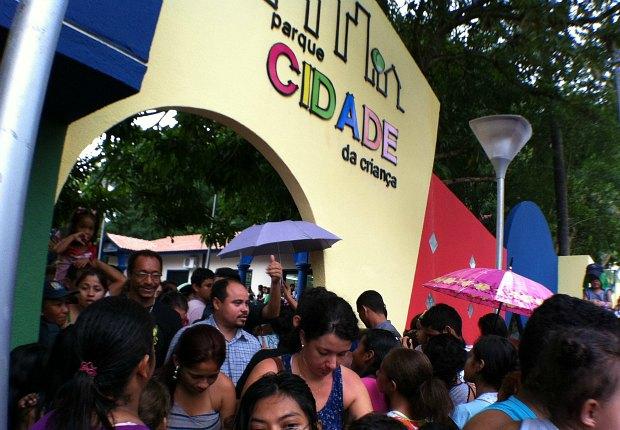 Multidão compareceu a inauguração da Cidade da Criança (Foto: Carlos Eduardo Matos/G1 AM)