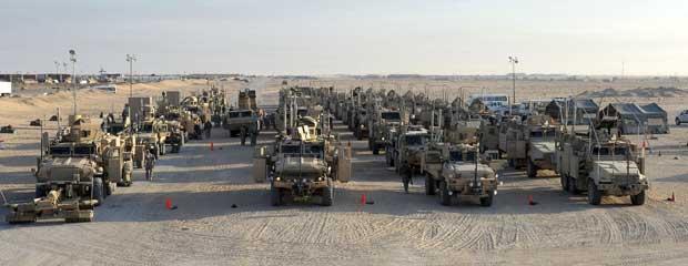 Comboio chega ao acampamento Virginia, no Kuwait. (Foto: Gustavo Ferrari / AP Photo)
