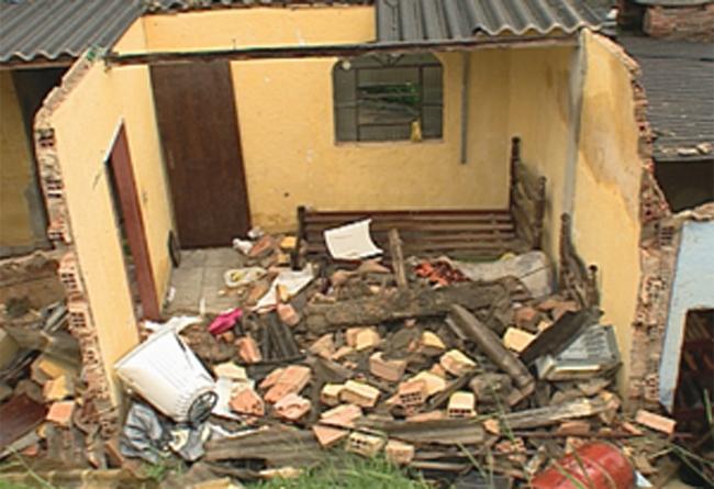 Casa é destruída por desabamento causado pela chuva, em Minas (Foto: Reprodução / TV Globo)