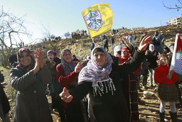 Familiares e amigos celebram neste domingo (18) enquanto aguardam a libertação de palestinos por tropas de Israel em Ramallah (Foto: AP)