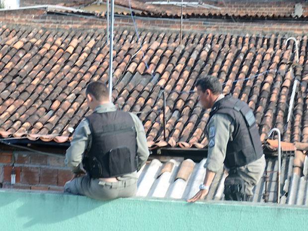 Policiais militares entraram na casa pelo telhado para resgatar criança (Foto: Walter Paparazzo/G1)