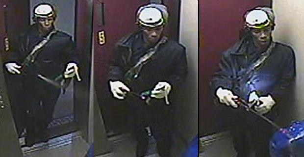 Imagens do assassino entrando no elevador com o borrifador foram divulgadas pela polícia (Foto: AP/Polícia de Nova York)