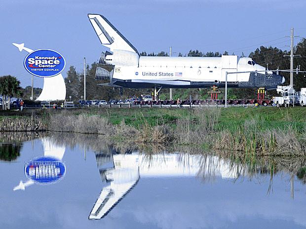 Equipes da Nasa manobram modelo do ônibus espacial em estrada (Foto: BRUCE WEAVER / AFP)
