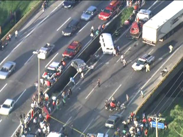 Motorista de carreta perdeu o controle do veículo e arrastou carros (Foto: Reprodução/TV Globo)