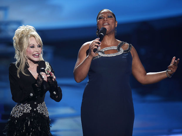 Dolly Parton e Queen Latifah cantam no 'VH1 divas celebrates soul' no Hammerstein Ballroom, em Nova York (Foto: Carlo Allegri/Reuters)