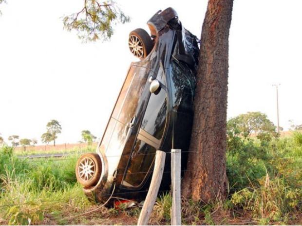 Carro capota e para em pé em Cassilândia, MS (Foto: Divulgação/O Correio News)