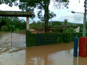 Nível da água do rio São João está 3 metros acima do normal (Foto: Reprodução/TV Integração)