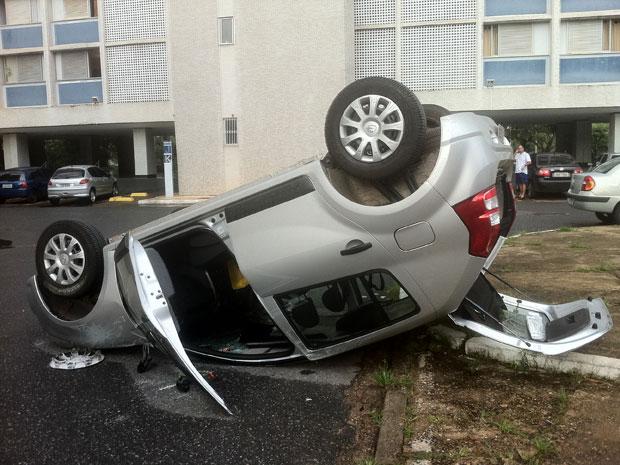 Uma fisioterapeuta de 25 anos capotou o carro que dirigia quando chegava à casa de um paciente. Segundo testemunhas, a direção do veículo travou. Antes de tombar, ela arrastou outro carro  (Foto: Raquel Morais/G1)