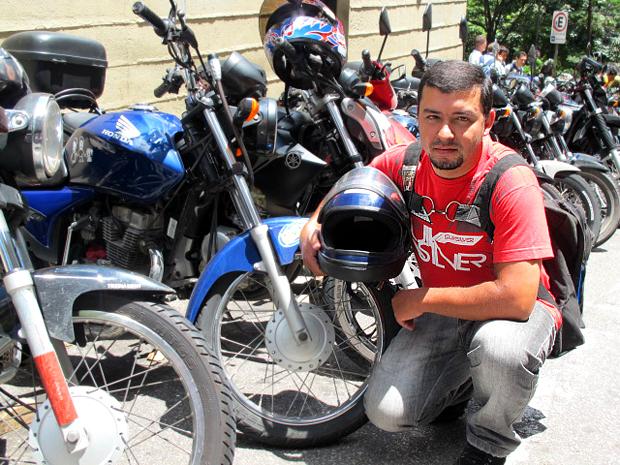 O motoboy André da Silva só limpa o capacete quando a esposa o obriga (Foto: Rafael Miotto/ G1)