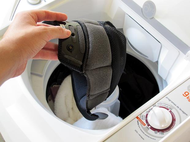 O ideal é lavar a forração com detergente neutro para não danificar o material. Caso utilize a lavadora escolha a opçaõ roupa delicada (Foto: Rafael Miotto/ G1)