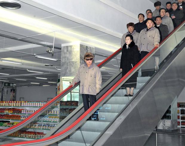 Acompanhado de uma comitiva, Kim Jom-il visita supermercado de Pyongyang (Foto: Korean Central News Agency via Korea News Service / AP)