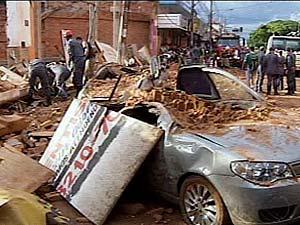 Muro caiu e atingiu duas pessoas (Foto: Reprodução TV Integração)