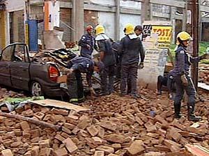Escombros caíram sobre dois carros e seis motos (Foto: Reprodução TV Integração)