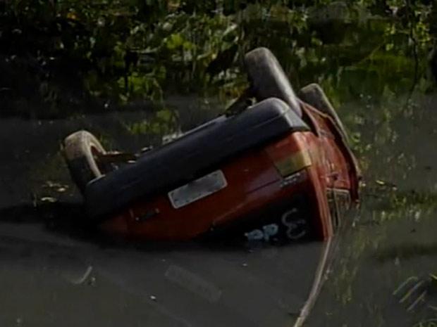 Motorista morre após perder controle de carro e cair em córrego em Belém (Foto: Reprodução/TV Liberal)