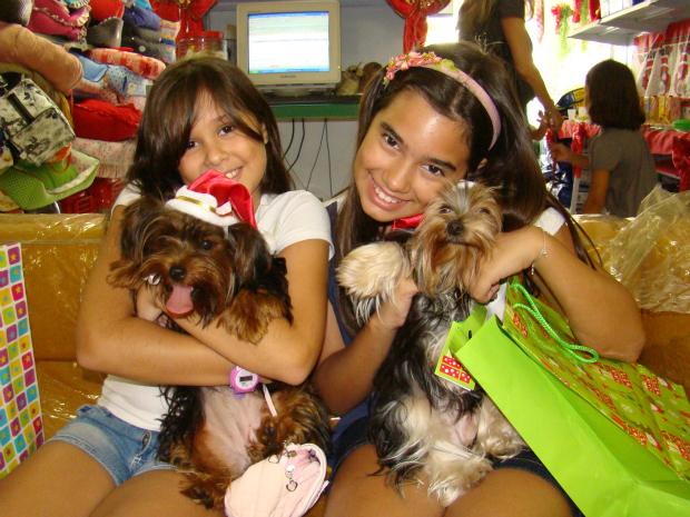 As yorkshire Vivi e Laika das meninas Lara e Mariane participaram do Cão Secreto (Foto: Narriman Borges/Arquivo Pessoal)