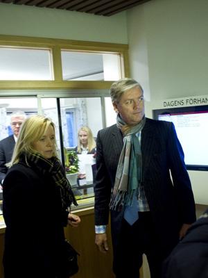 A advogada da Saab, Kristina Geers, e o CEO da Swan, Victor Muller, na corte sueca entrega o pedido de falência (Foto: REUTERS/SCANPIX/Bjoern Larsson Rosvall)