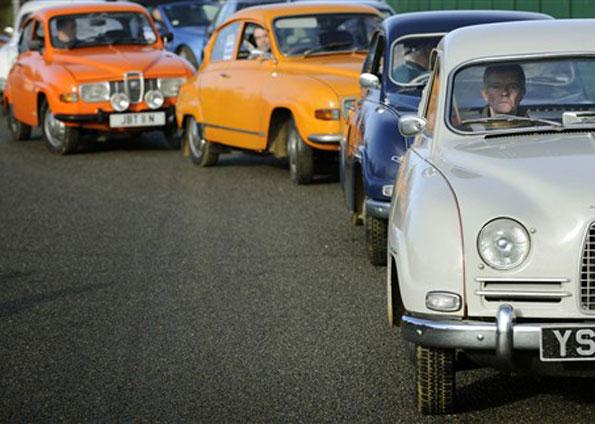 Modelos antigos fazem fila para o início da passeata 'Save Our Saab' (Foto: Adrian Dennis/ AFP)