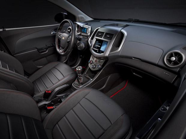Chevrolet Sonic RS tem volante esportivo e novo acabamento interno (Foto: Divulgação)