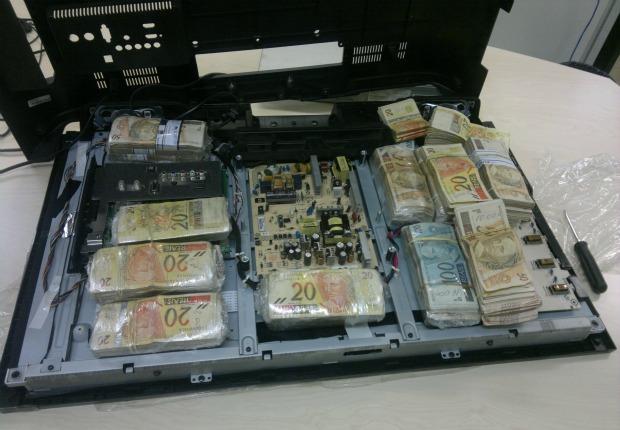 Dinheiro foi encontrado dentro de dois aparelhos de televisão (Foto: Divulgação/Polícia Federal)