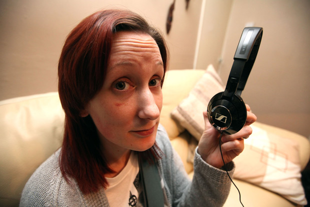 mulher escapa da morte por fones de ouvido (Foto: Caters)