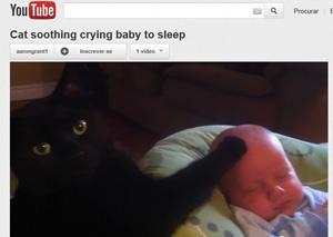 Gato parece 'acariciar' bebê, que para de chorar e dorme (Foto: Reprodução)