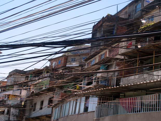 Um emaranhado de fios quase cobre a fachada das casas, construídas trepadas umas sobre as outras (Foto: Bernardo Tabak/G1)