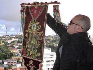 Marcelo Brant segura um dos estandartes de sua criação (Foto: Marcelo Brant/Arquivo Pessoal)