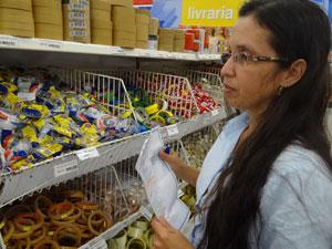 Márcia faz cotações para economizar nas compras (Foto: Luna Markman/G1)