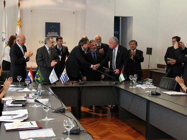 Ministros do Mercosul em assinatura de acordo de livre comércio com a Palestina (Foto: Roberto Stuckert Filho / Presidência)